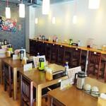 丼ぶりこ - 各テーブルには、醤油、お茶、湯呑み、箸、が設置されています。
