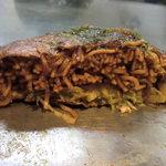 広島流お好み焼つかさ - 肉玉ソバ断面