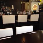 極鶏.Bar - 店内。席はゆったり造られています