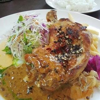 お店の看板メニューの「鶏料理」はファンが多く大人気!