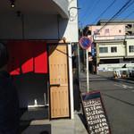 蛇の目鮨 - 駐車場はお店の道路の向かい側(写真の右手)