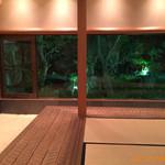 松楓閣 - 宴会個室から中庭を眺める