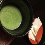 松楓閣 - 待合室でのお抹茶。待合室ではたてて頂いたお抹茶と茶菓子を食べながら、用意が整うのを待ちます。
