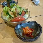 ちょげ家 - も~豚定食のサラダとキムチ