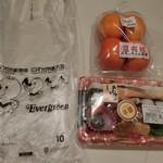 産直広場てんこもり - 料理写真:購入したお品の一部。お弁当は、、、281円の更に「半額」に惹かれて買った~。「柿」は「たもっちゃん農園」ですって。