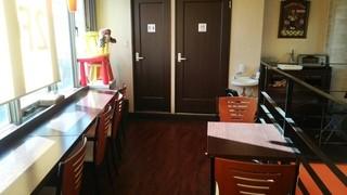 エファール河村屋 西台店 - 2階喫茶。奥にトースターあります