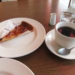 3411342 - りんごのタルト380円、ホットコーヒー
