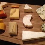 ワインカフェ用賀 - チーズは常時10種類以上!