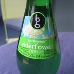 Cafe DEN - イギリスではエルダーフラワーと水・お砂糖などで家庭で作る飲み物で、花粉の自然発酵でスパークリングワインのように発砲するそうですよ(漫画情報)