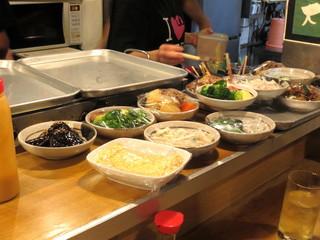 大阪屋 - カウンターに並ぶお料理よりチョイス。