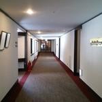 リゾートレストラン 花暦 - ホテルのロビーからレストランへ続く、長い廊下