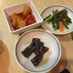 韓国家庭料理 コマ  - つきだしのカクテキ、茎にんにく、こんにゃく