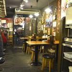 麺王 - テーブル席とカウンター