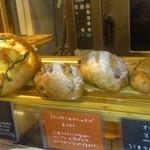 喃喃 - 入り口で、パンの販売