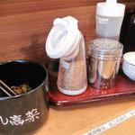 博多ちゃんぽんちょき - 卓上には、スリゴマや柚子胡椒や辛子高菜があります。