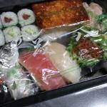 茂八寿司 - ビニールで保護して貼ります。丁寧にぎっしり箱に入ってます。