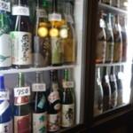 立呑み「最」 - 2015.01 ずらりと並んだ冷酒、、お値段を見ながら注文できます:笑