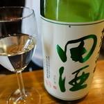 立呑み「最」 - 2015.01 最初は味の分かるうちに良い酒をと思い田酒の純米大吟醸(1050円)