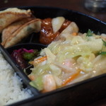 せんぼんぐらばー館 - んぼんぐらばー館の日替りランチは、皿うどん、肉団子の甘酢、焼き餃子(14.12)