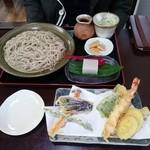 34149554 - 奥、牡丹もりそば(大盛)                       手前が、天ぷら盛り合わせ