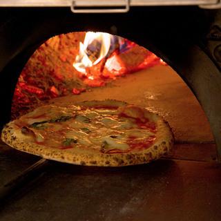 薪窯で焼き上げる本格ピッツァ