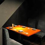 kitchen W - テーブル席は半個室になっております