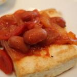 豆の王国 - お豆と玉ねぎとパプリカのケチャップソースがかかったお豆腐ステーキ。