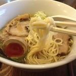 麺ゃ しき - しき麺(700円)+麺大盛(100円)+限定大分産濃厚煮卵(100円)麺リフト