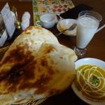 プルニマ - 料理写真:セットのナン、野菜カレー、ラッシー