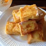 珈琲童子 珈童 - 料理写真:モーニングの時間であれば300円のフレンチトースト。アイス添え☺︎
