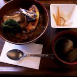 エヌ1221 - 10種の野菜と鰹だしの煮込みカレー 五穀米丼