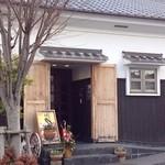 かふぇ・ど・くら - 外観入り口(正月飾りの時期)