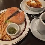 オーシャンズバーガー イン - クラシックハンバーガー、チリビーンズとコーヒー。
