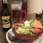 オーシャンズバーガー イン - レインボーコブサラダのハーフとプリモビール。