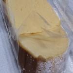 和洋菓子処とらや - 1パックにふわふわドームチーズケーキ2切入ってます。