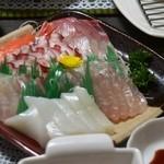 魚勝 - 料理写真:お刺身盛り合わせ(サーモンと甘エビが写ってません・・・)