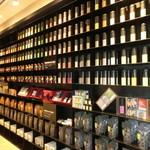 小茶栽堂 - 圧倒される商品棚