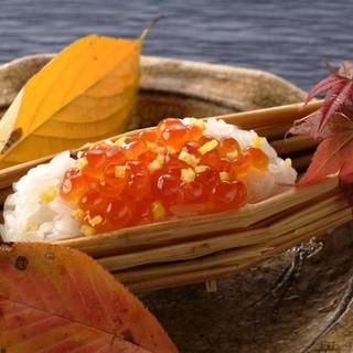 目と舌で四季の移ろいを感じる、厳選された旬食材の逸品。