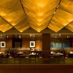 アクアブルー - ウエスティン都ホテルの2階。吹き抜けのレストランです。