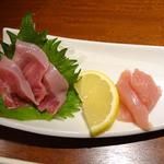 34199245 - 軍鶏刺身2種盛♪                       新鮮なもも肉の刺身、胸肉はタタキで。