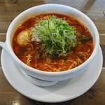 34203116 - 上品な 受け皿付きの白い丼ぶり に入って出されます。味わいが純粋に伝わってくる気がします。台湾ラーメンの スープは 辛すぎることなく、私には 丁度いいお味です。