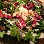 炉端美酒食堂 炉とマタギ - 鹿ベーコン温玉シーザーサラダ
