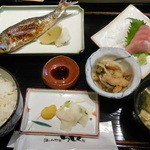 酒と和惣菜 らしく - ブリ刺身とイワシの塩焼き定食