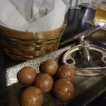 Bar 美里 - お通しはローストマカダミアナッツ