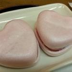 みちくさ - 2つのハート型最中は一見、和菓子のように見えます