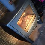 34209486 - 薪ストーブは本当に暖かく、パチパチ燃える音も落ち着く。