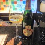 34209651 - 先ずはシャンパンを1杯 2015/1月