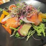34209661 - サーモンと野菜サラダ