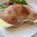 サンス エ サンス - 生ハムとグリュイエール・チーズのサンド2
