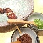 炭火焼鳥 串善 - 串焼きには味噌とバジルソースの二種類が付きます